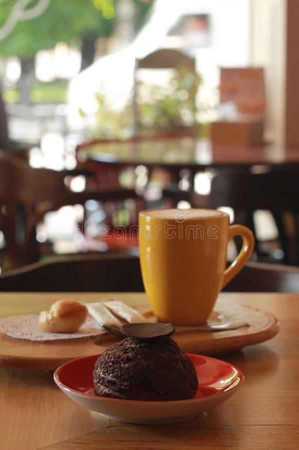 Tasse Kaffee mit Wüste lizenzfreie stockbilder
