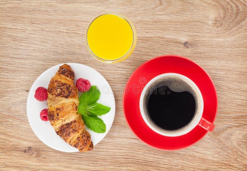 Tasse Kaffee, Orangensaft und frisches Hörnchen stockfoto