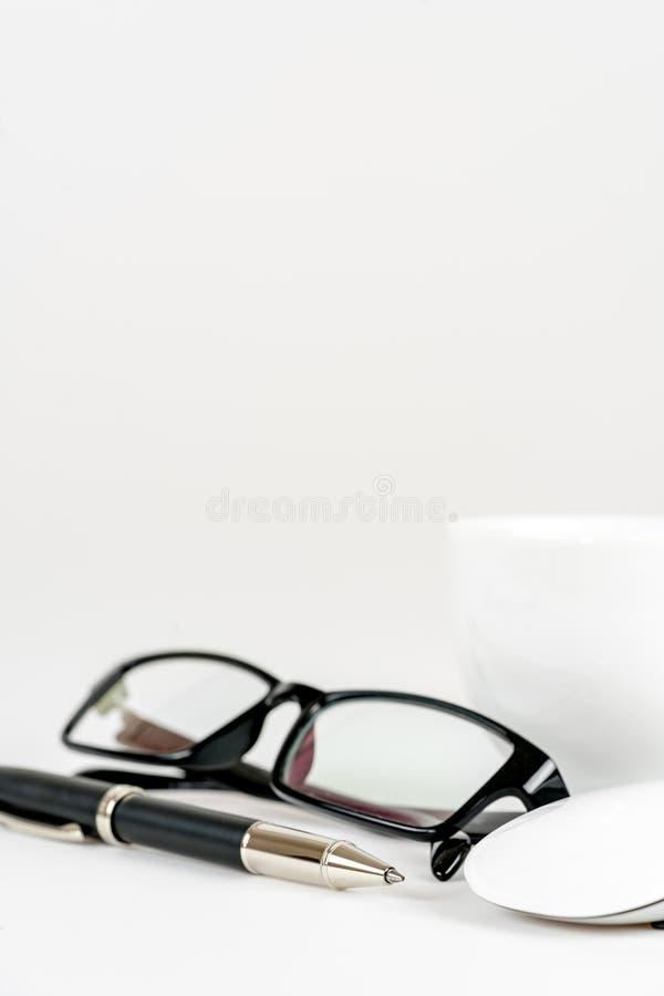 Tasse Kaffee, Stift, Maus und Gläser, auf einem Hintergrund stockbild