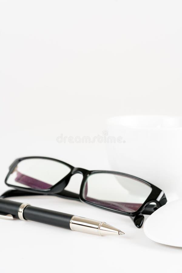 Tasse Kaffee, Stift, Maus und Gläser, auf einem Hintergrund stockbilder