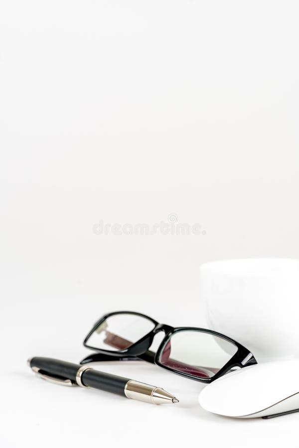 Tasse Kaffee, Stift, Maus und Gläser, auf einem Hintergrund lizenzfreies stockbild