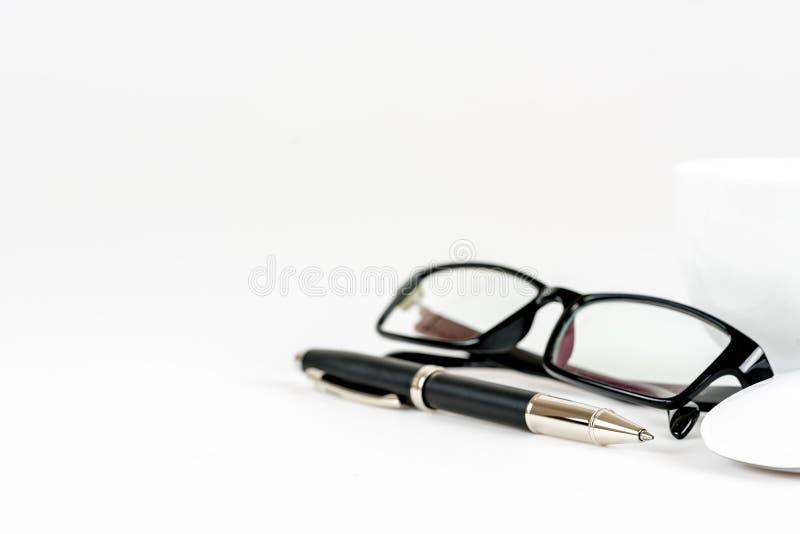 Tasse Kaffee, Stift, Maus und Gläser, auf einem Hintergrund lizenzfreie stockfotografie