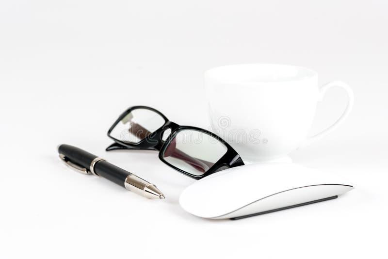 Tasse Kaffee, Stift, Maus und Gläser, auf einem Hintergrund stockfotografie