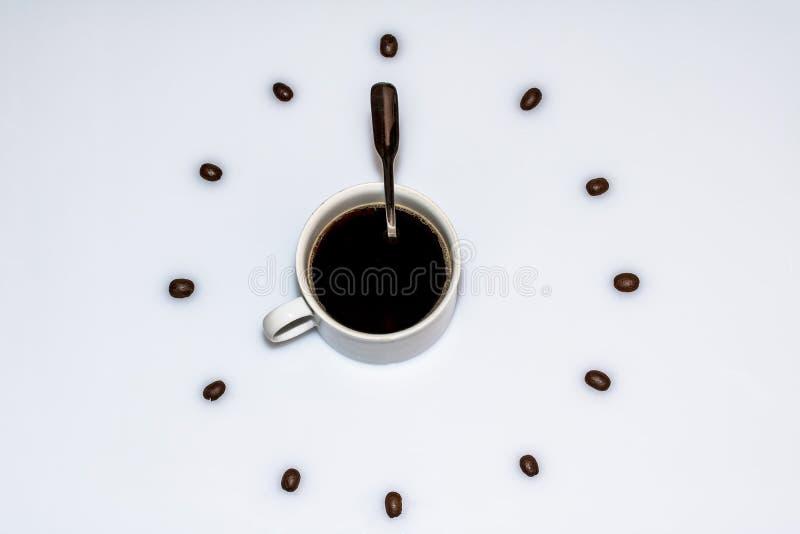 Tasse Kaffee umgeben durch Bohnen