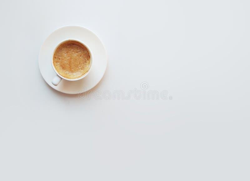 Tasse Kaffee - unbedeutende Zusammensetzung der Draufsicht auf einem weißen backg stockfotografie