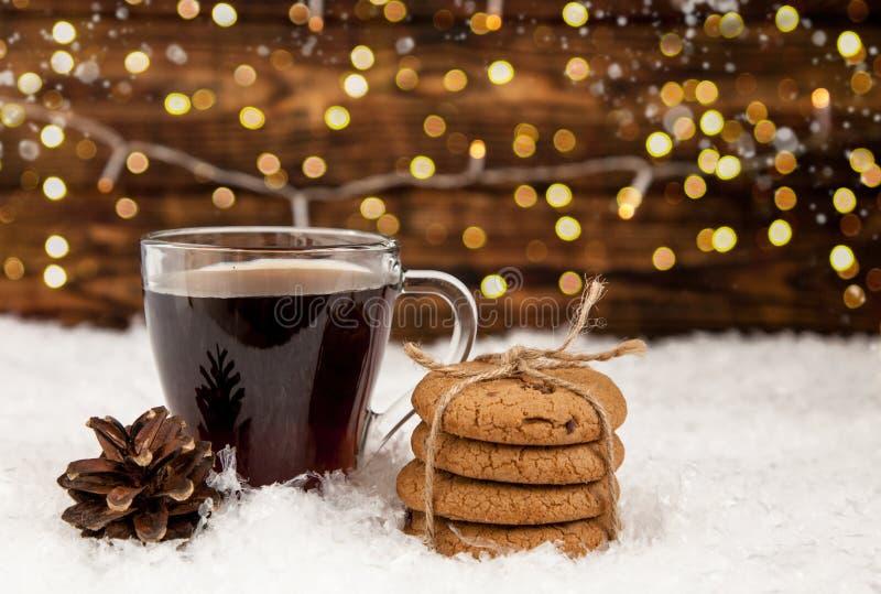 Tasse Kaffee und amerikanische Plätzchen auf Winter Weihnachtshintergrund stockbild