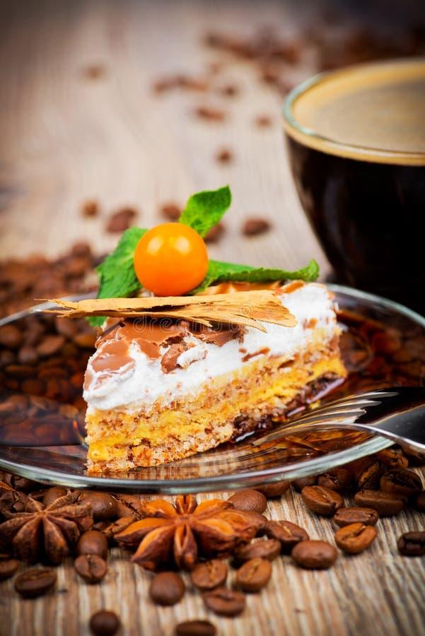 Tasse Kaffee und ein Kuchen stockfoto