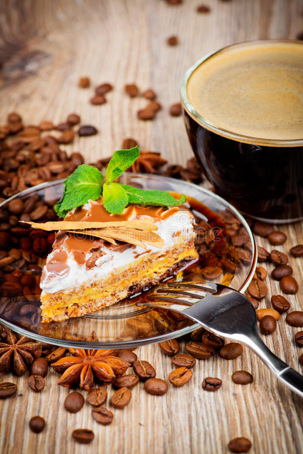 Tasse Kaffee und ein Kuchen lizenzfreies stockbild