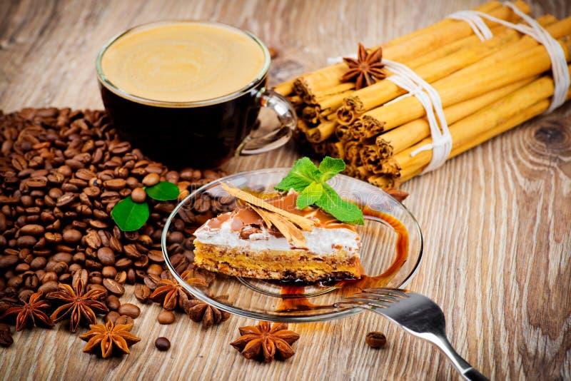 Tasse Kaffee und ein Kuchen stockbilder