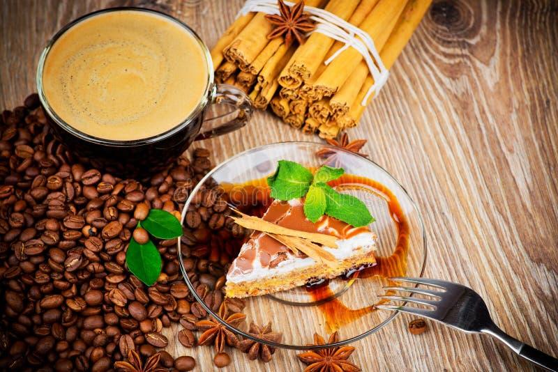 Tasse Kaffee und ein Kuchen lizenzfreies stockfoto