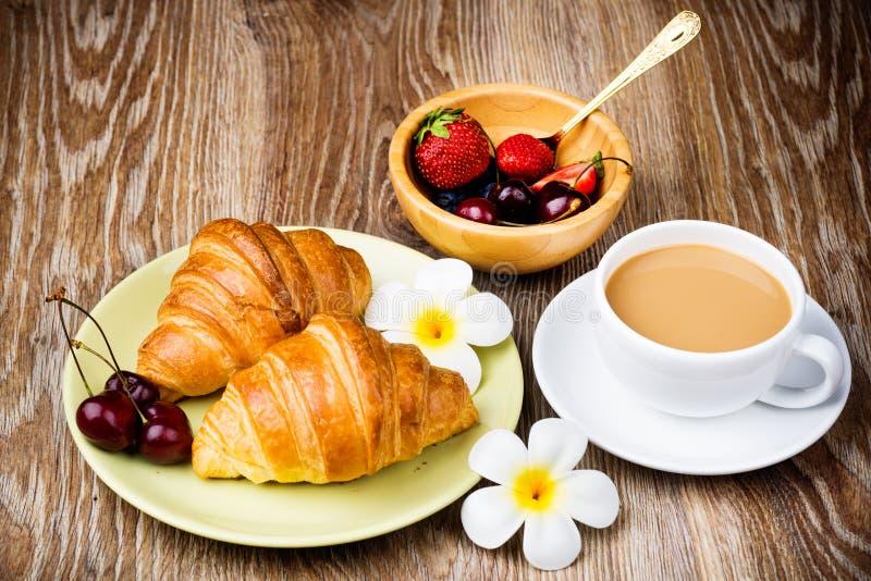 Tasse Kaffee und Hörnchen lizenzfreie stockfotos