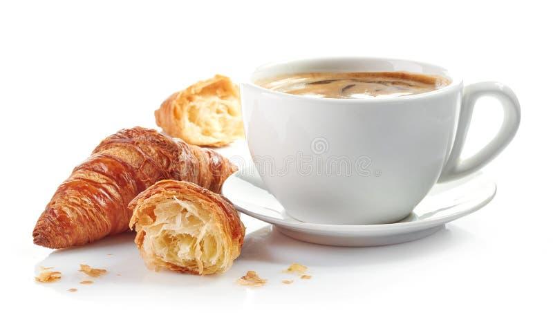 Tasse Kaffee und Hörnchen stockbild