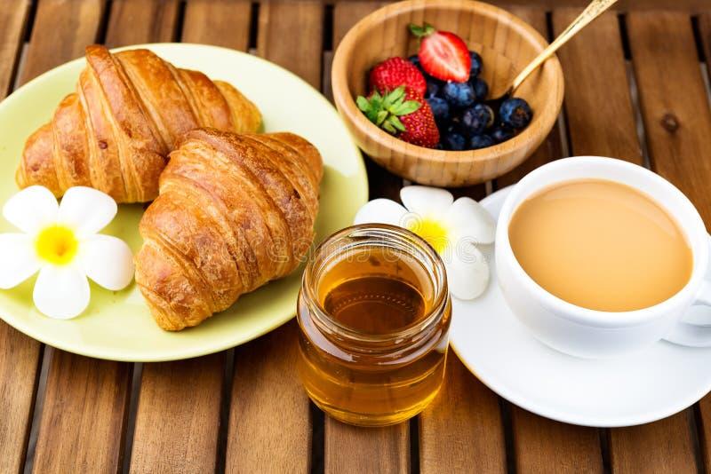 Tasse Kaffee und Hörnchen stockfoto