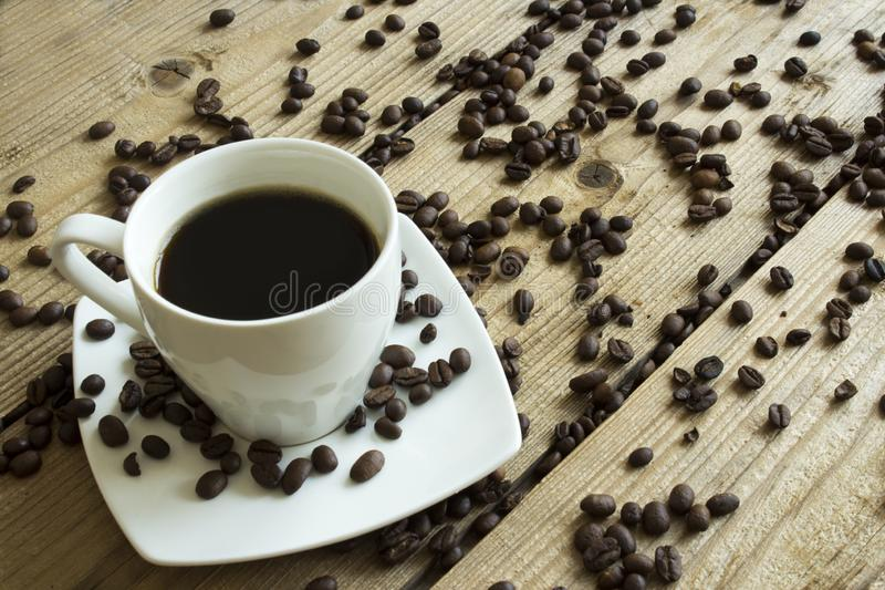 Tasse Kaffee und Kuchen auf Holztisch lizenzfreies stockbild