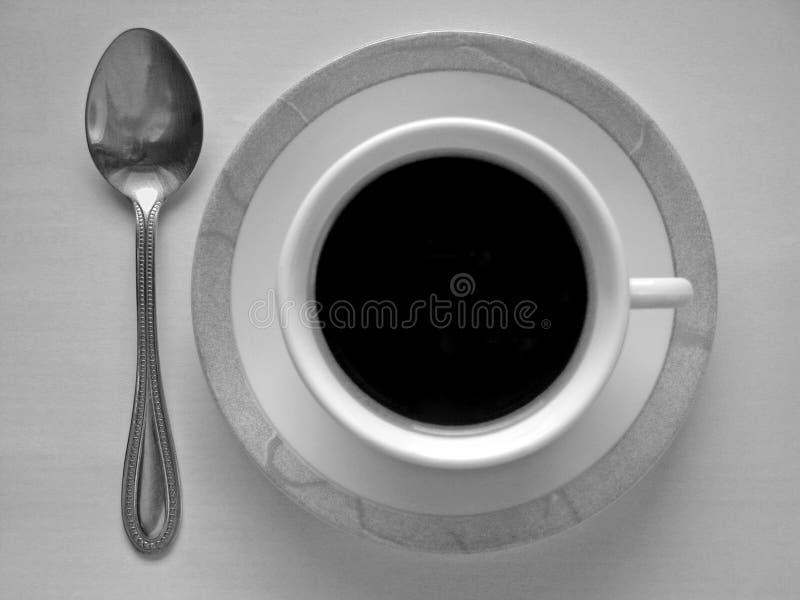 Tasse Kaffee und Löffel lizenzfreie stockfotografie