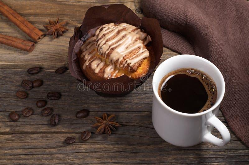 Tasse Kaffee und Muffin lizenzfreies stockfoto