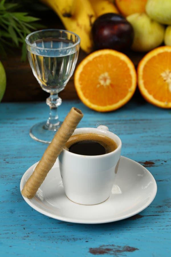 Tasse Kaffee- und Oblaterollen lizenzfreie stockbilder