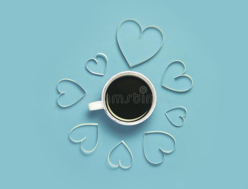 Tasse Kaffee- und Papierherzen auf rotem Hintergrund StValentine-` s Tagesgrußkonzept Reizendes und minimalistic Bild Draufsicht, stockbild
