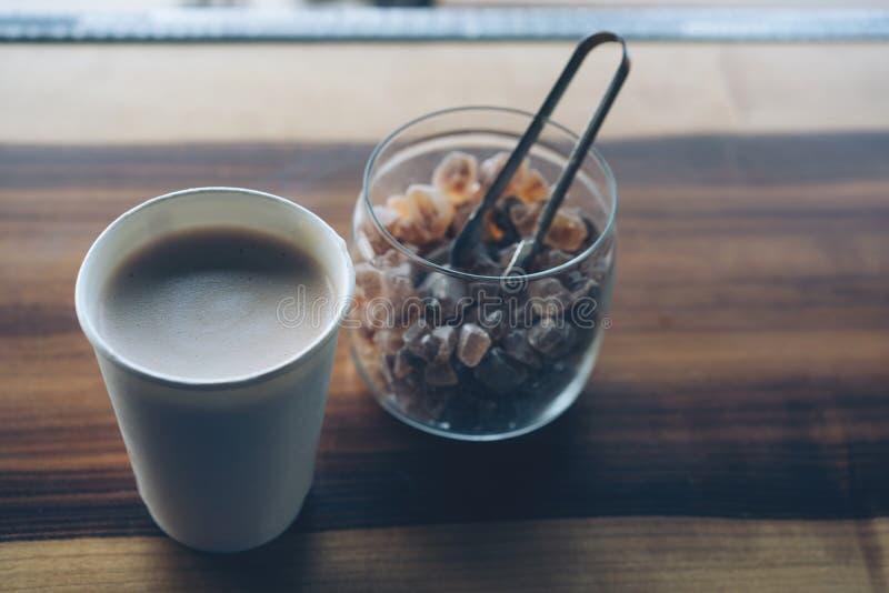 Tasse Kaffee und Rohrzucker stockbilder