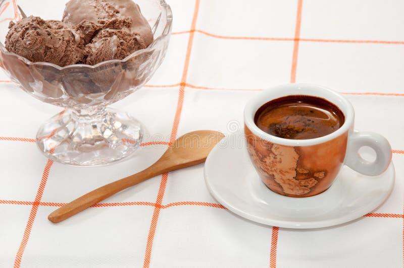Tasse Kaffee- und SchokoladenEiscreme auf dem Tisch gedient stockbild