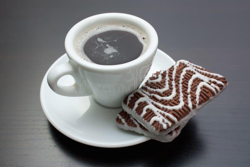 Tasse Kaffee- und Schokoladenkekse stockbild