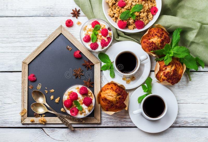Tasse Kaffee und Spiegelei Selbst gemachtes Jogurtmuffin der Kaffee muesli Granolabeeren lizenzfreie stockfotografie