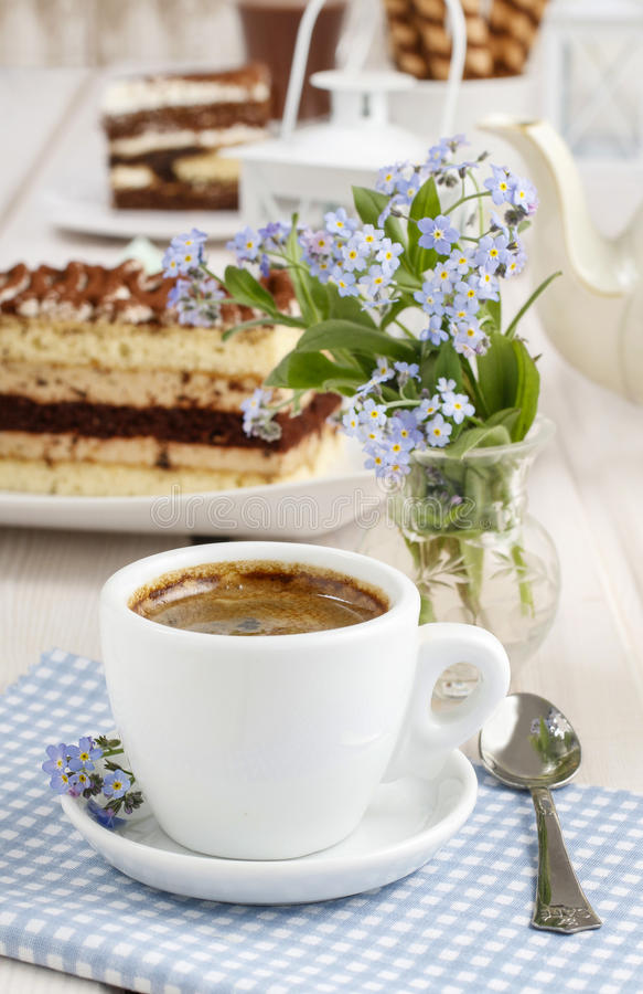 Tasse Kaffee- und Tiramisukuchen stockbilder