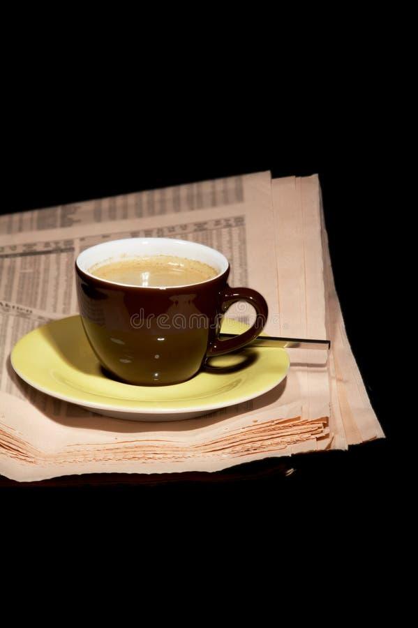 Tasse Kaffee und Zeitung stockfotografie