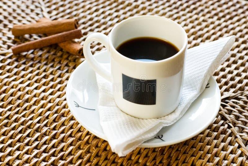 Tasse Kaffee und Zimt 2 lizenzfreie stockfotografie