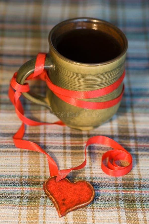 Tasse Kaffee am Valentinstag stockfotos