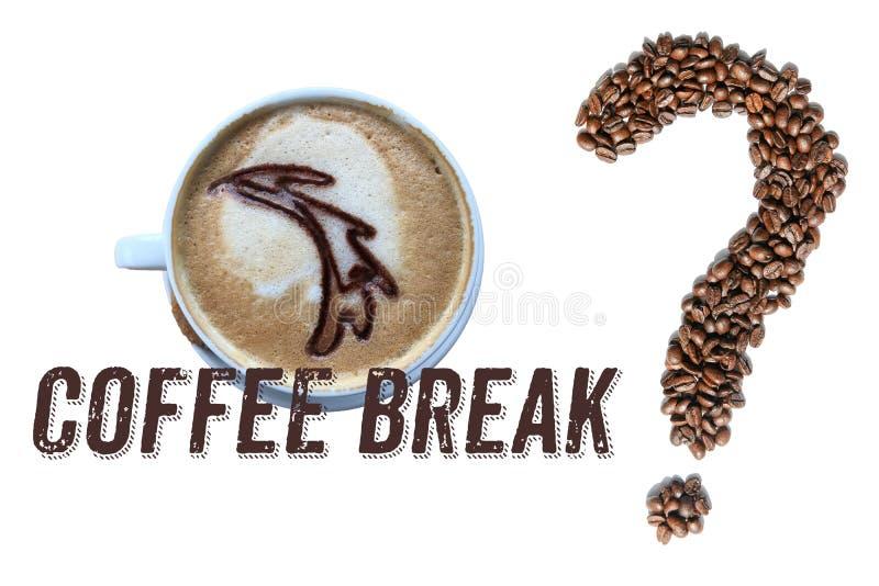 Tasse Kaffee, Wörter ` Kaffeepause ` und Fragezeichen gemacht von den gebratenen EspressoKaffeebohnen lokalisiert auf weißem Hint lizenzfreies stockfoto