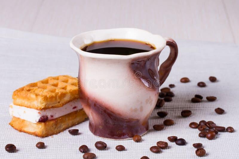 Tasse Kaffee, Waffeln und Kaffeebohnen lizenzfreie stockfotos