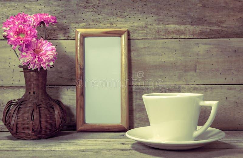 Tasse Kaffee, Weißbuchraum im Bilderrahmen, Blume lizenzfreie stockfotos
