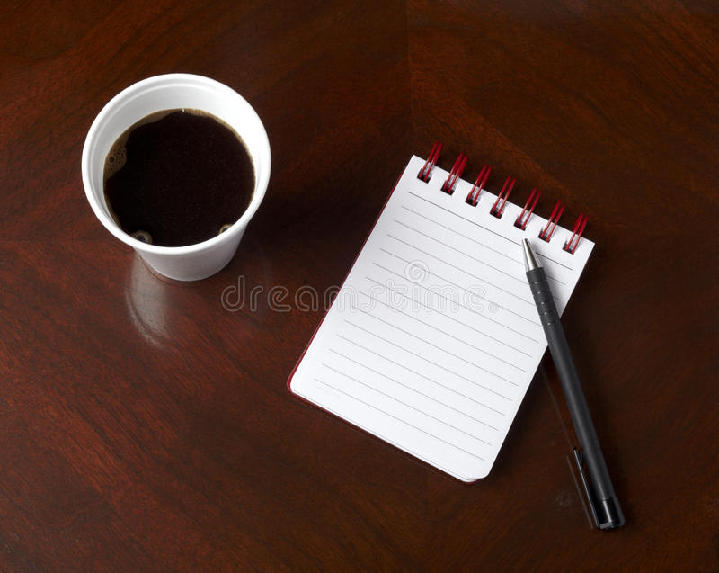 Tasse Kaffeegetränknotizbuch-Bleistiftgeschäft stockfotos