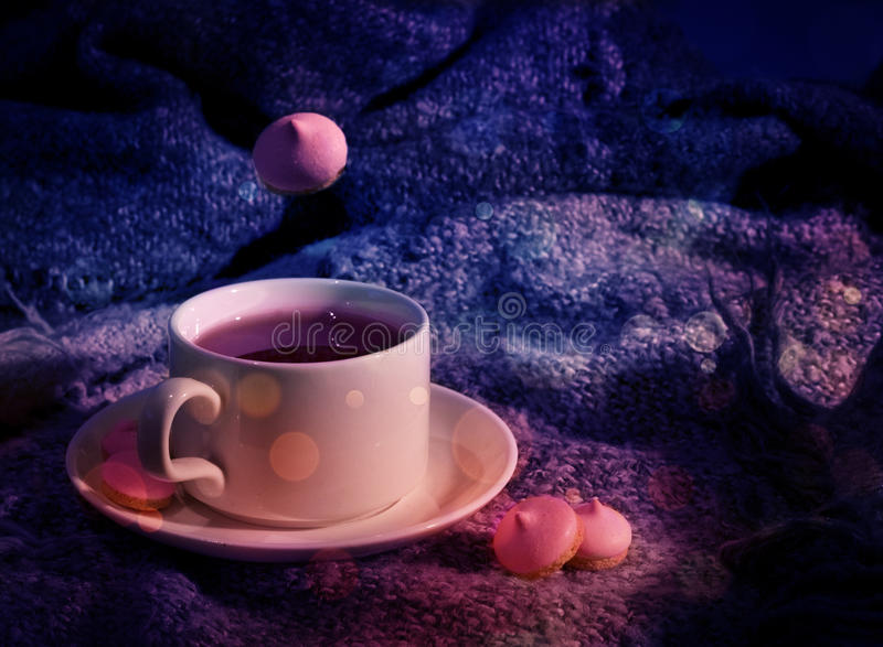 Tasse magique de thé dans le rose image stock