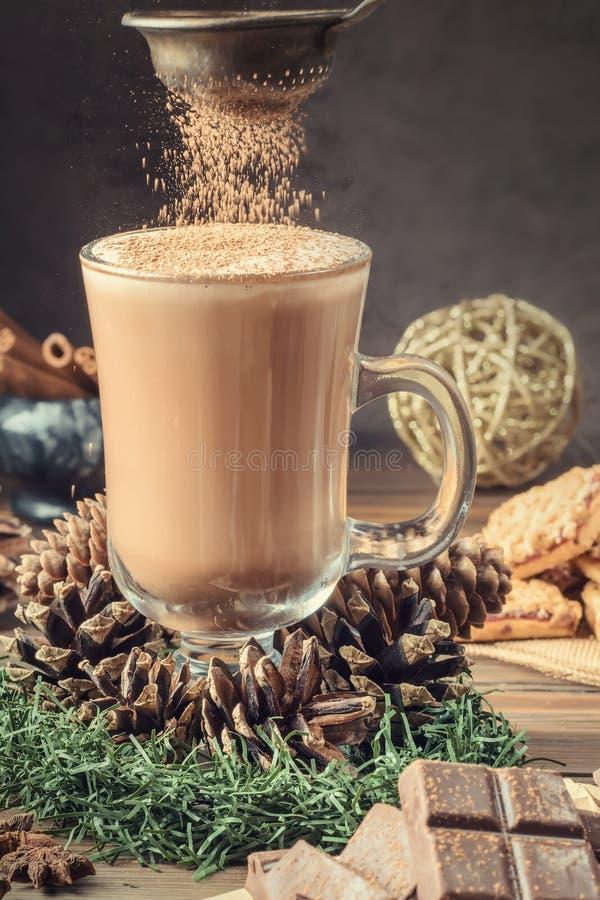 Tasse ou café en verre de cacao avec la mousse de lait images libres de droits