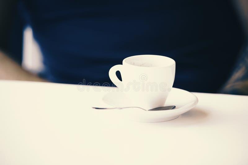 Tasse pour le café d'expresso sur la table blanche avec le plat et la cuillère Concept de temps de café La tasse de café sur le f image libre de droits