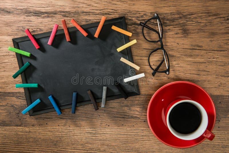 Tasse rouge de café chaud placée sur le plancher en bois photo stock