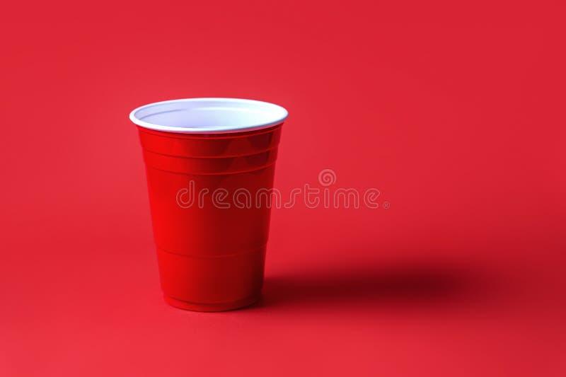 Tasse rouge de partie sur le fond rouge Tournoi de puanteur de bière photos libres de droits