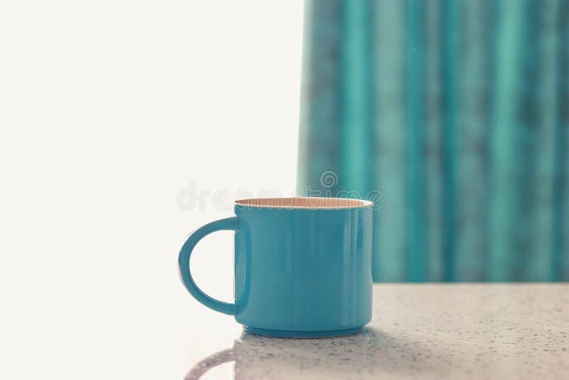 Tasse sur la table blanche photo stock