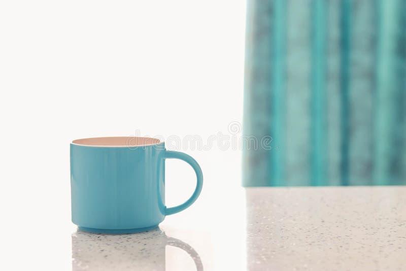 Tasse sur la table blanche photographie stock