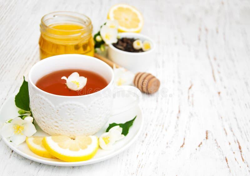 Tasse Tee mit Jasminblumen stockbild