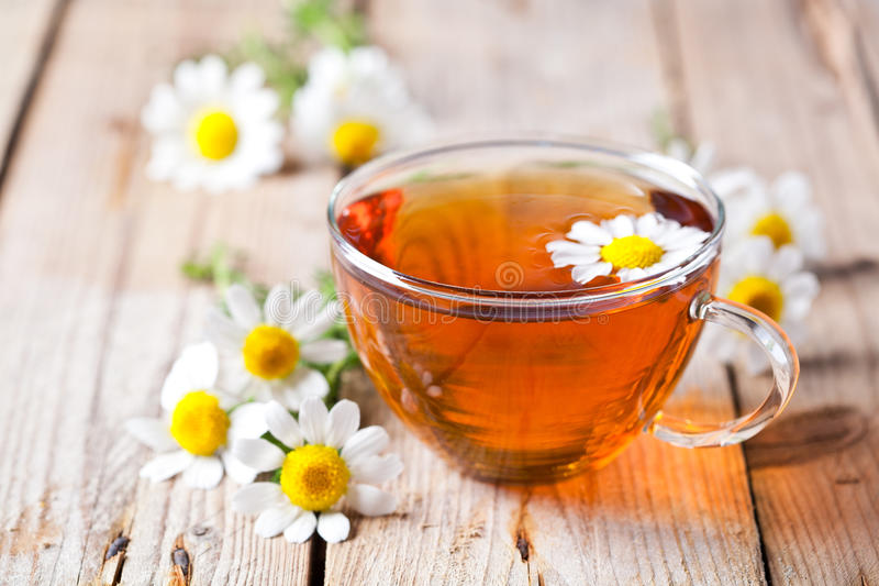 Tasse Tee mit Kamillenblumen stockbilder