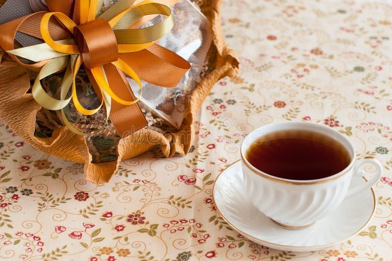 Tasse Tee mit Schokoladenblumenstrauß stockfotos