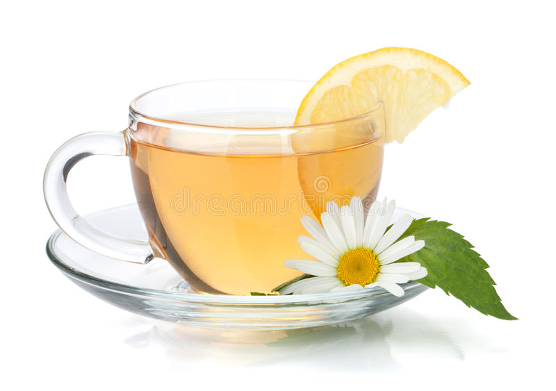 Tasse Tee mit Zitronescheibe, -minze und -kamille lizenzfreie stockfotos