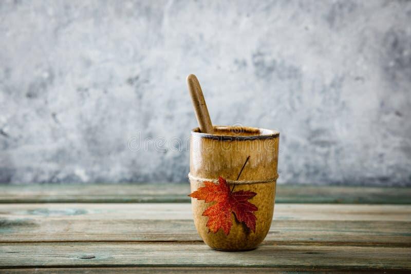 Tasse Tee oder Kaffee mit Herbstblatt lizenzfreie stockfotografie