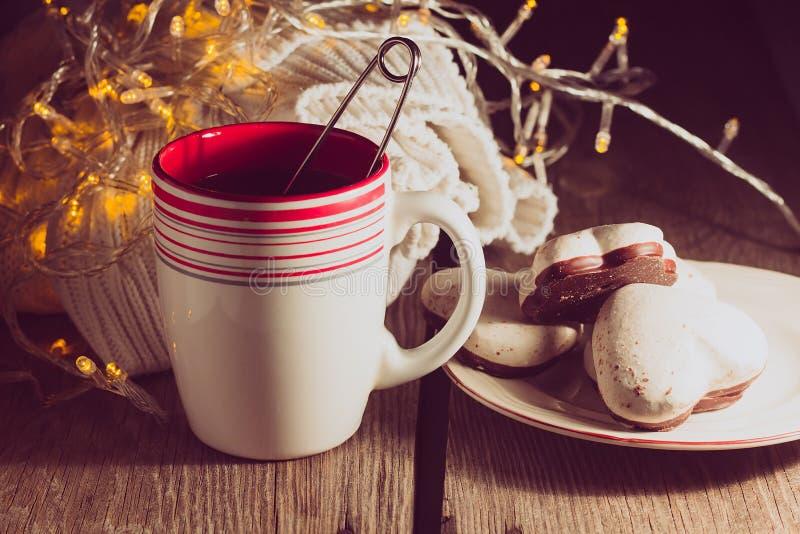 Tasse Tee, Pullover, Lebkuchen lizenzfreies stockbild