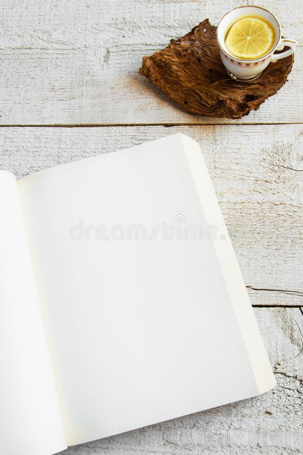 Tasse Tee und Bücher auf hölzernem Hintergrund mit Raum für Text Konzepte - entspannende Zeit zu Hause verbracht, rustikales hygg stockfotos