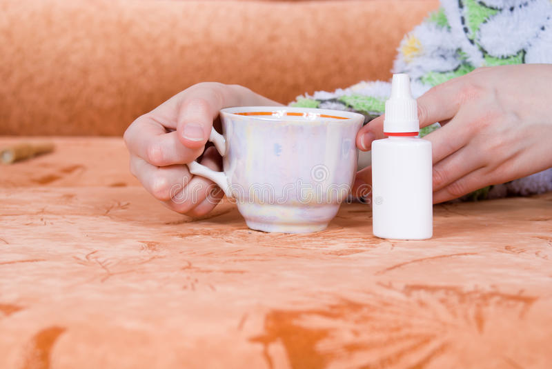 Tasse Tee Und Einen Nasalen Spray Lizenzfreies Stockfoto