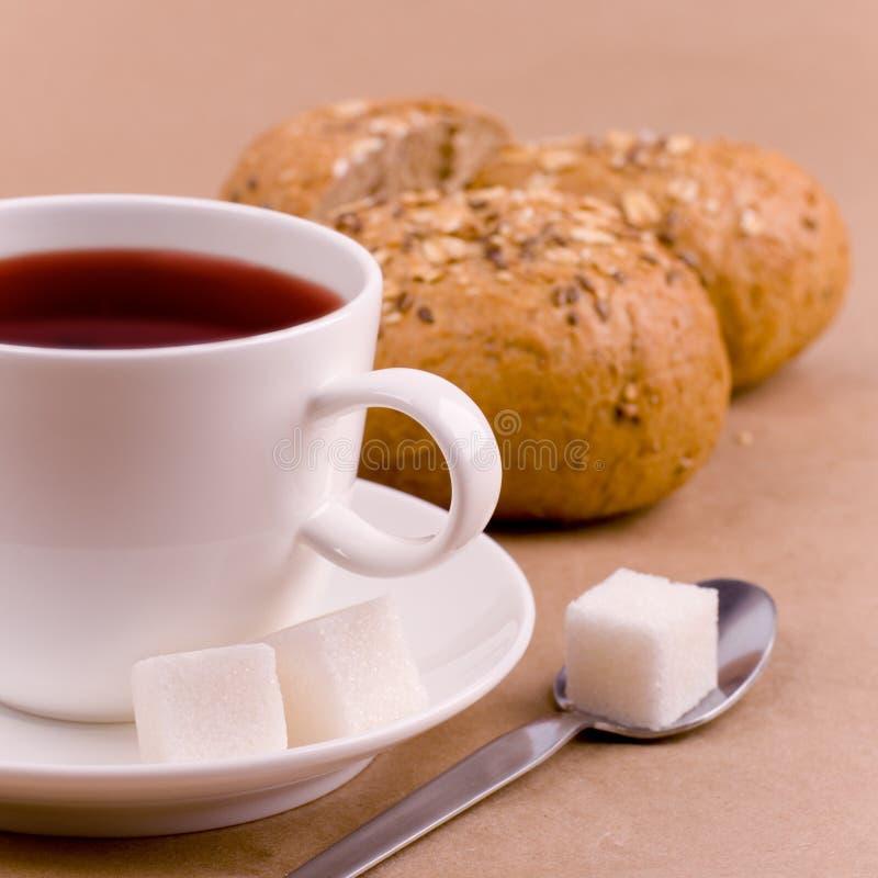 Tasse Tee, Zucker und Brot lizenzfreies stockfoto